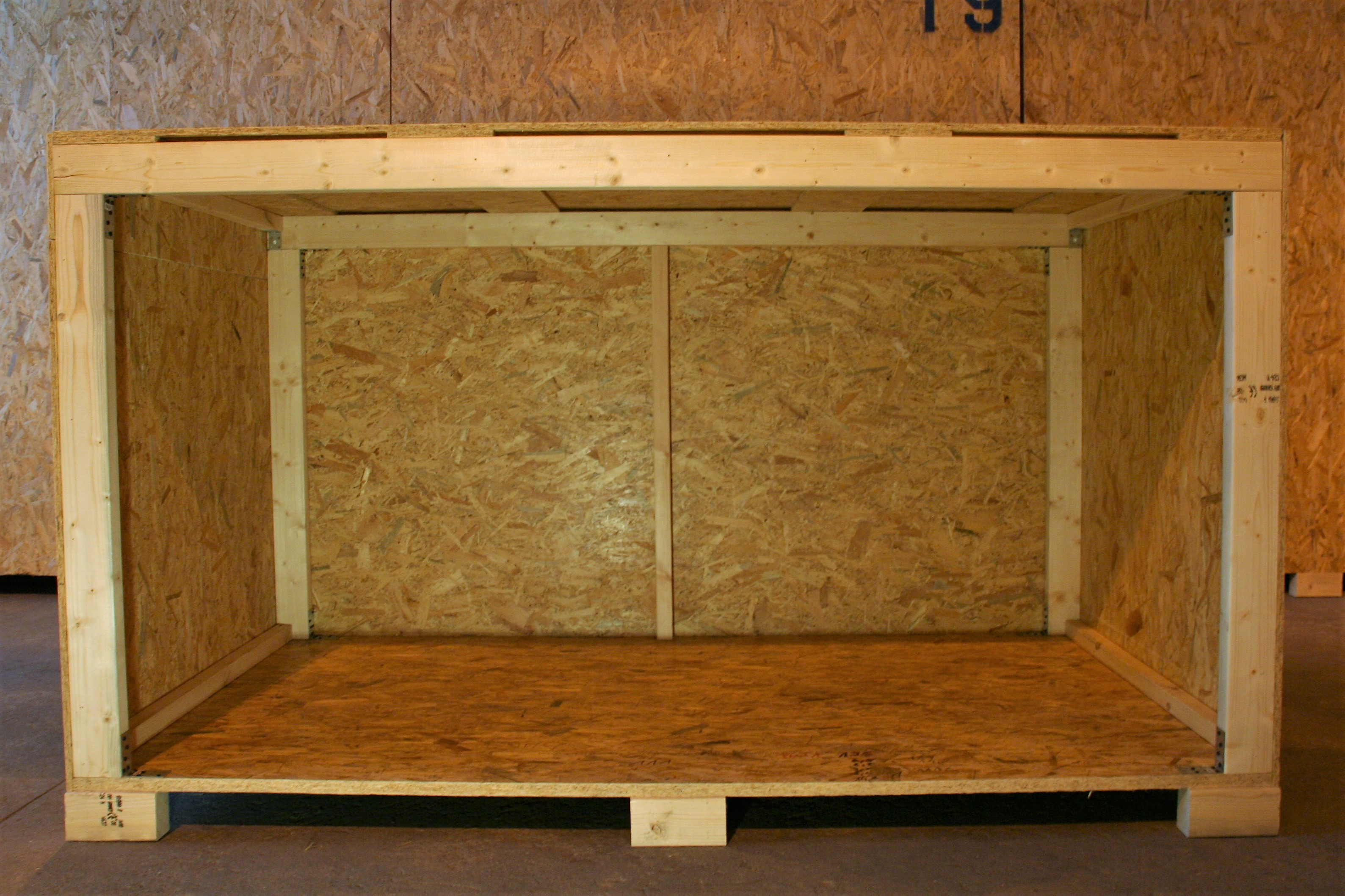 Drewniana skrzynia do magazynowania mienia